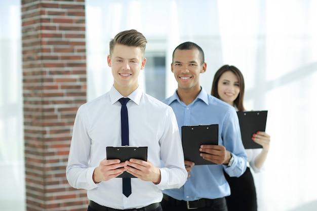 사무실에 서 있는 비즈니스 서류를 가진 사업가 그룹