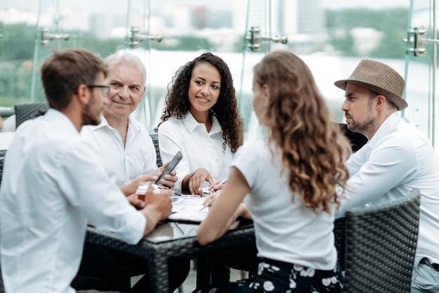 비즈니스 사람들의 그룹은 재무 데이터로 작업합니다.