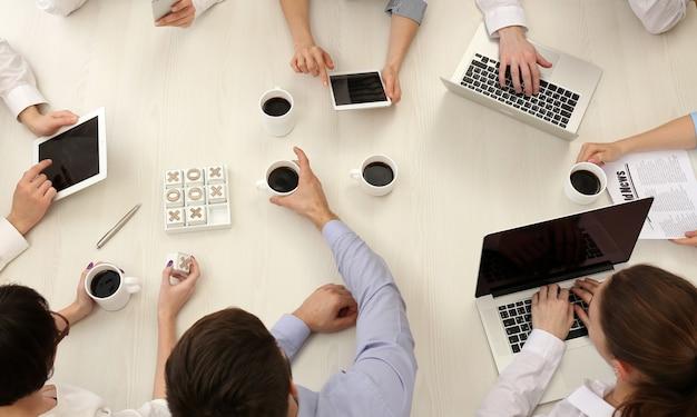 데스크 탑보기에서 일하는 사업 사람들의 그룹