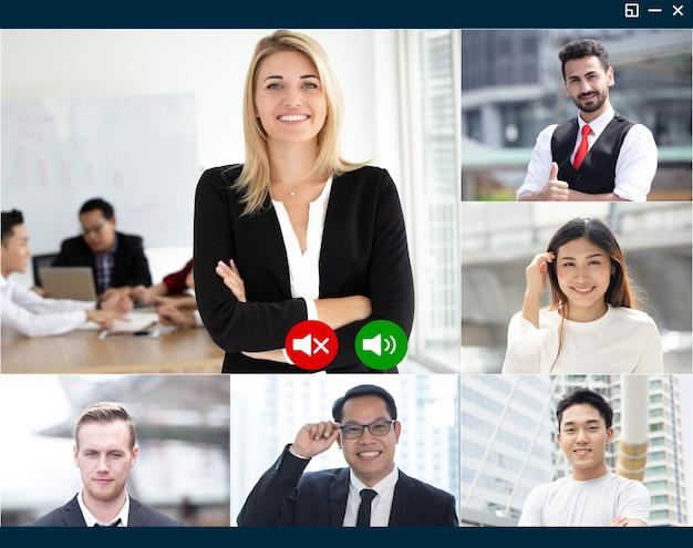 ビデオ会議システムを使用しているビジネスチームの作業員のグループは、インターネット画面を介したビデオ通話アプリケーションによるオンラインの顔の会話を楽しんでいます。