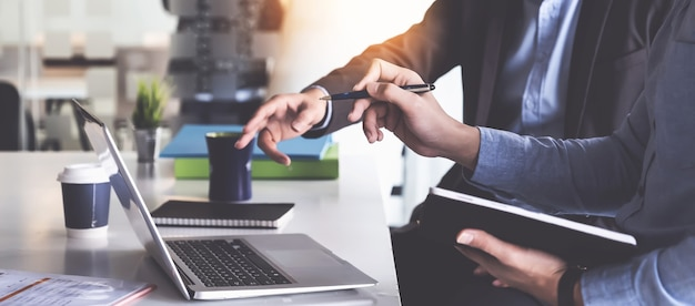 부패 계정 조사를 위해 디지털 태블릿에서 데이터 문서를 확인하는 사업가 및 회계사의 그룹.