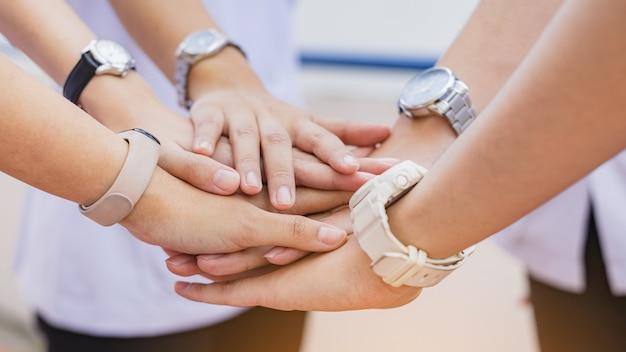 ビジネスマンのグループがチームワークとビジネスコラボレーションのために一緒に参加します