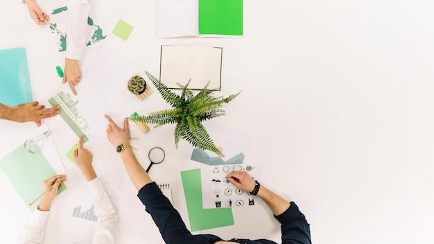 Группа бизнесменов обсуждает вопросы энергосбережения в офисе