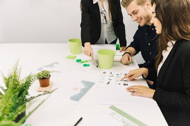 Группа бизнесменов обсуждает вопросы сохранения природных ресурсов в офисе