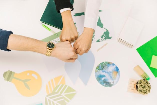 Группа кулаков бизнесменов натыкается на стол