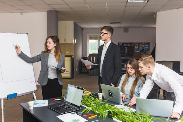 Группа бизнесменов, работающих вместе на рабочем месте