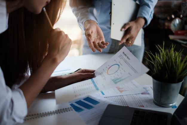 Группа предпринимателей и бухгалтера проверяет документ с данными на цифровом планшете для расследования коррупции. концепция борьбы с взяточничеством.