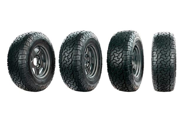 Группа автомобильных шин, предназначенных для использования в любых дорожных условиях с легкосплавными дисками на белом фоне