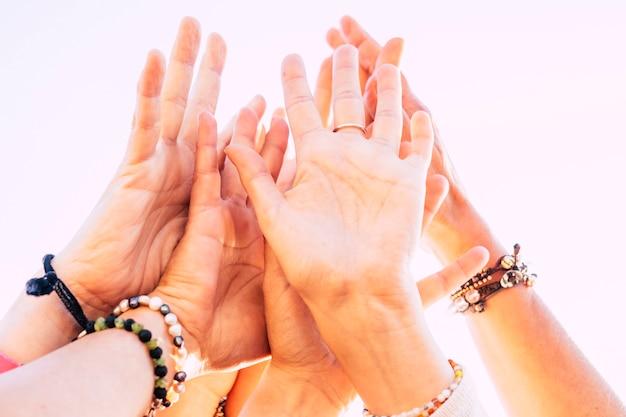 백인 여성 손의 그룹 팀 개념에서 미국