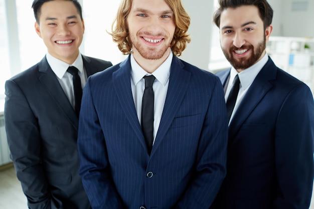Группа веселых бизнесменов с лидером впереди