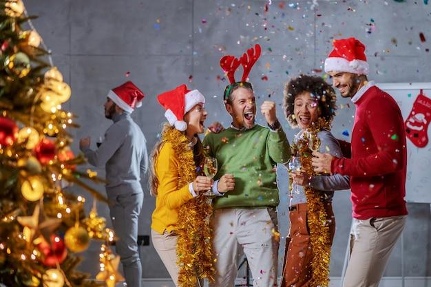 그들의 회사에서 크리스마스 이브를 축하 쾌활한 다문화 동료의 그룹입니다.