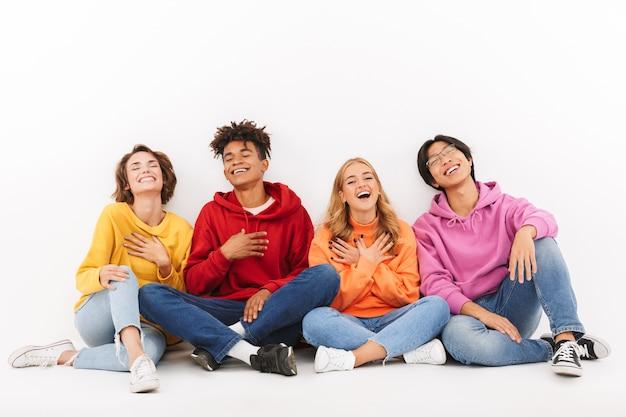 절연, 웃고 앉아 쾌활한 multiracial 친구의 그룹