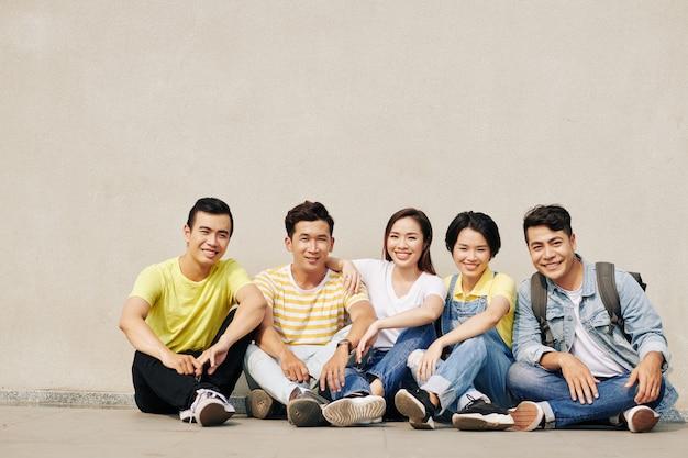 쾌활한 학생 그룹