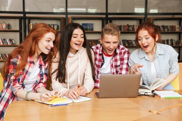 陽気な10代の若者のグループ