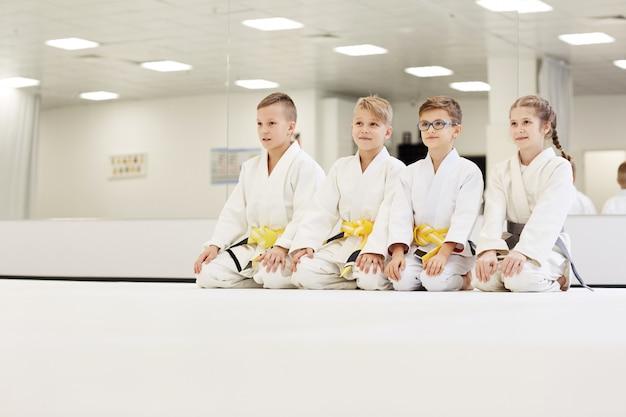 Группа детей, занимающихся каратэ в тренажерном зале