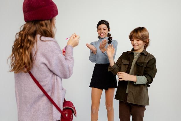 Группа детей, играющих с мыльными пузырями