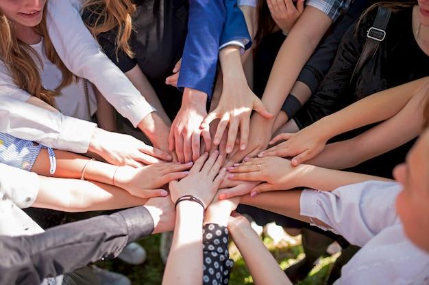 Группа детей, сложив руки. концепция совместной работы партнерства.