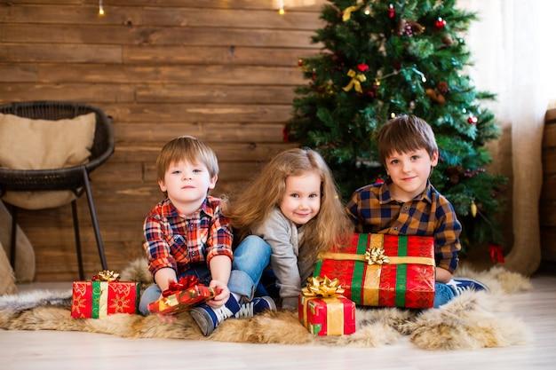 クリスマスプレゼントを持つ子供たちのグループ