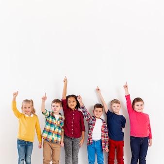 指している子供のグループ