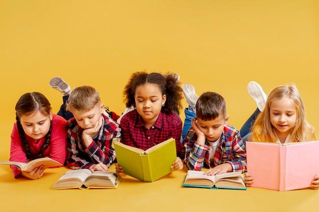 読書の子供たちのグループ