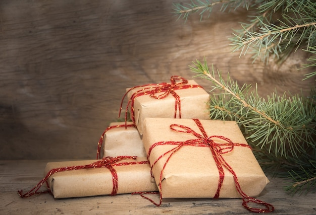 素朴な木の上のクリスマスプレゼントのグループ
