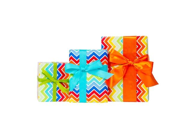 오렌지, 녹색 및 파랑 리본이 달린 색종이에 크리스마스 또는 다른 휴일 수제 선물 그룹