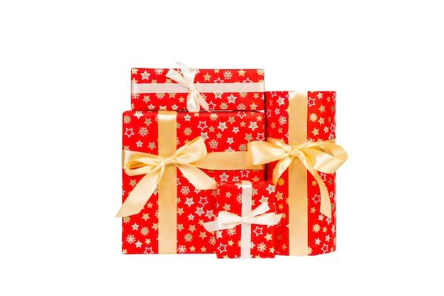 골드 리본이 달린 빨간 종이에 크리스마스 또는 기타 휴일 수제 선물 그룹. 흰색 배경, 상위 뷰를 격리합니다. 추수 감사절 선물 상자 개념입니다.
