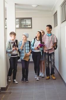 廊下を歩く同級生のグループ
