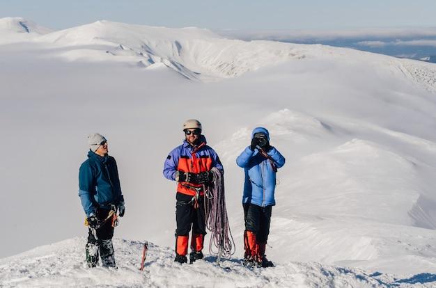 Группа альпинистов на вершине горы
