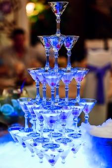 アルコールパーティーのチェリーとカクテルのグループ