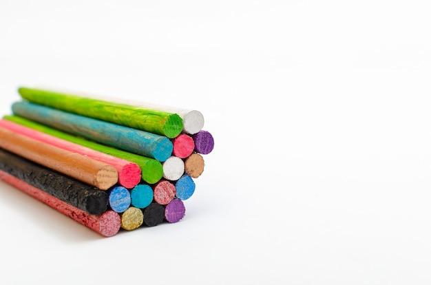 Группа цветных палочек или столбов, образующих сердце на белом фоне символы любви и единства
