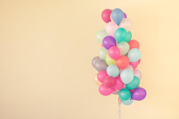 Группа разноцветных шаров на фоне пастельных тонов.