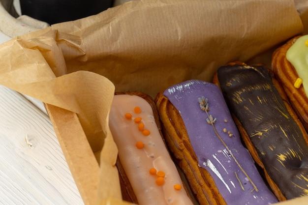 Группа красочных тортов эклер крупным планом