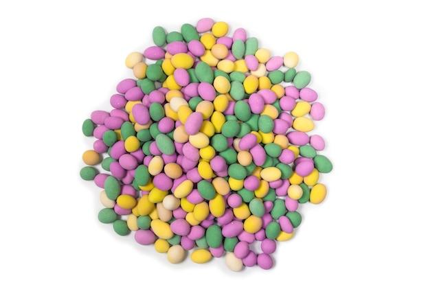 흰색 표면에 절연 유약에 다채로운 땅콩의 그룹입니다.