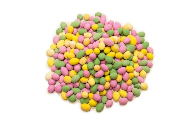 Группа красочных арахисов в глазури изолированы