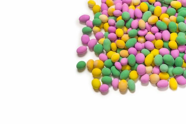 釉薬のカラフルなピーナッツのグループ。上面図。
