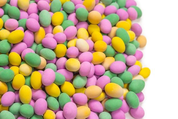 Группа красочных арахисов в глазури. вид сверху.