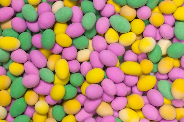 Группа красочных арахисов в глазури. вид сверху. Premium Фотографии