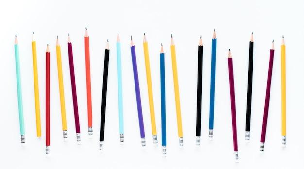 白い背景の上のカラフルな鉛筆のグループ
