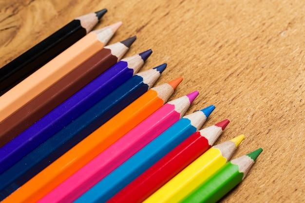 テーブルの上のカラフルな鉛筆のグループ