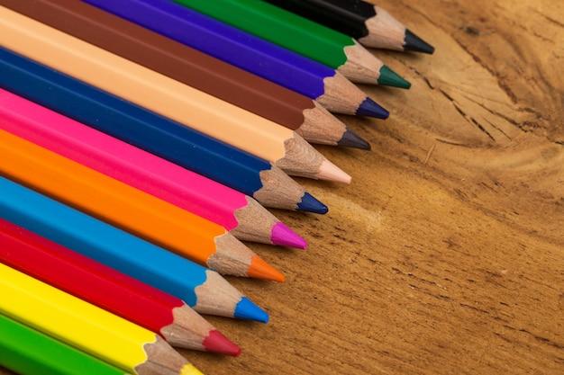Группа красочных карандашей на столе