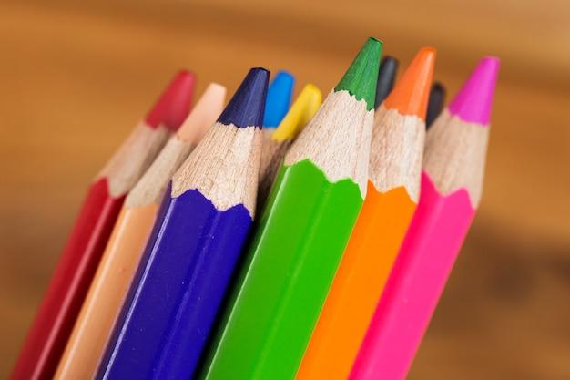 테이블에 다채로운 연필의 그룹