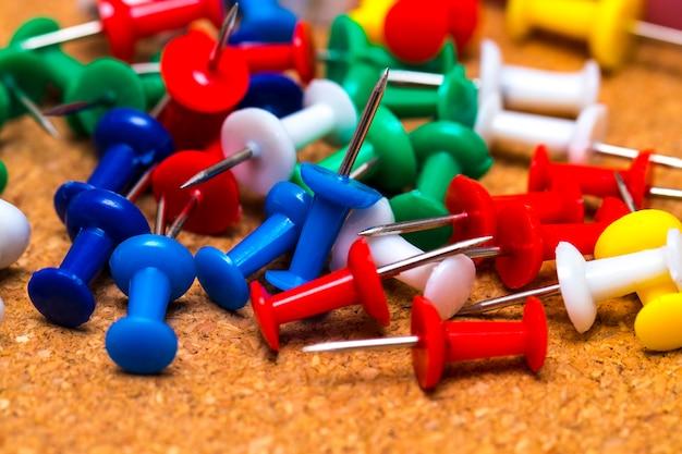 Группа красочные кнопки на пробковой доске
