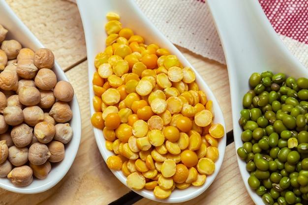 カラフルなさまざまな豆のグループ