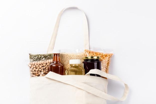 ラップでカラフルな様々な穀物、種子、ナッツ、豆類のグループ。