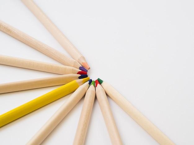 다채로운 나무 연필과 한 노란색 연필의 그룹