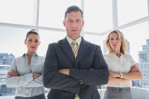 一緒に立っている自信のあるビジネス・グループのグループ