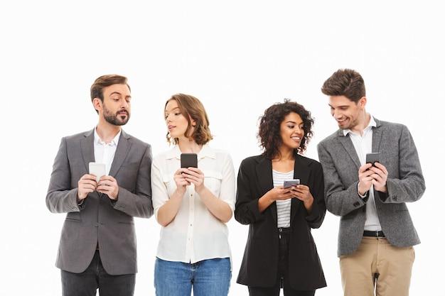 Группа уверенных в себе молодых деловых людей