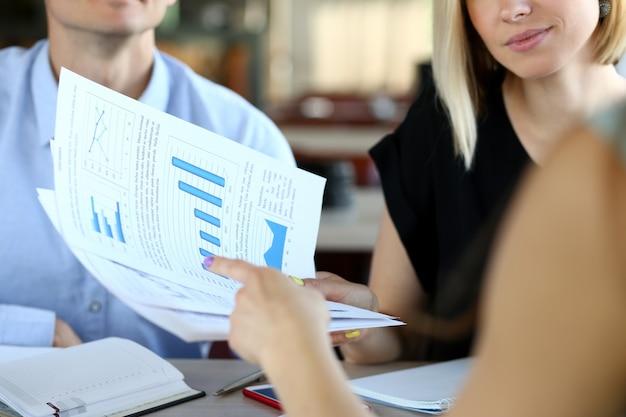 新しいスタートアップを交渉する企業の働く人々のグループ