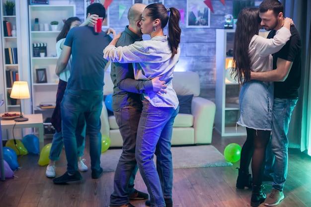 ファンキーなパーティーで踊るカップルのグループ。幸せなカップル。